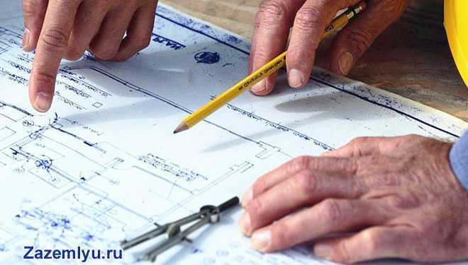 Проектировщики рассматривают карту-план