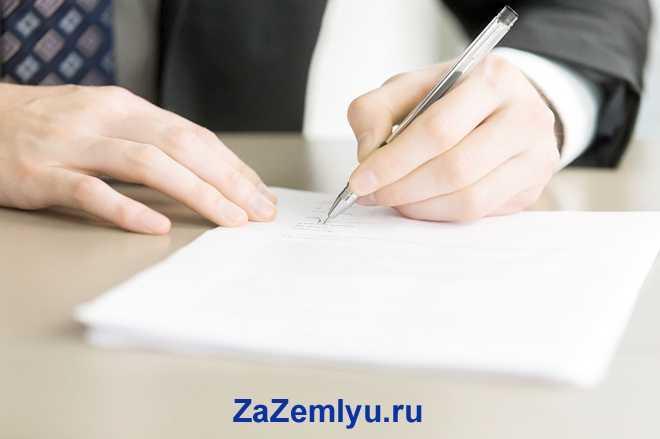 Бизнесмен подписывает документы за столом