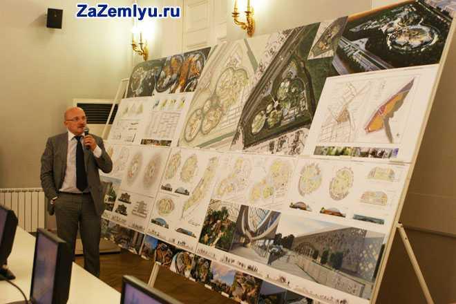 Мужчина осматривает планы, карты города