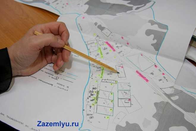 Мужчина изучает по карте местность