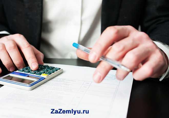 Бизнесмен считает на калькуляторе