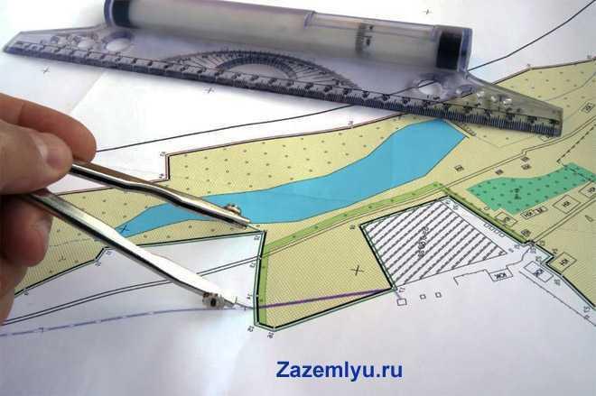 Проектирщик строит карту местности с помощью циркуля и линейки