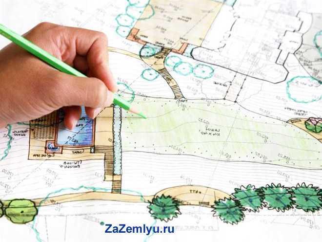 Человек рисует карандашом проект