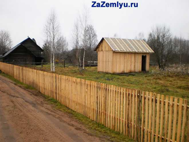 Деревянные постройки на участке