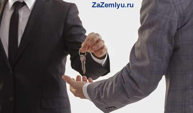 Бизнесмен отдает ключи бизнес-партнеру