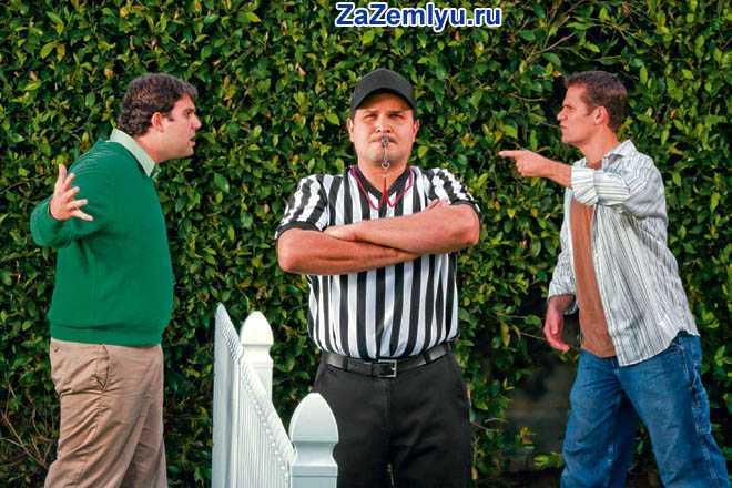 Судья стоит между двумя разгневанными мужчинами