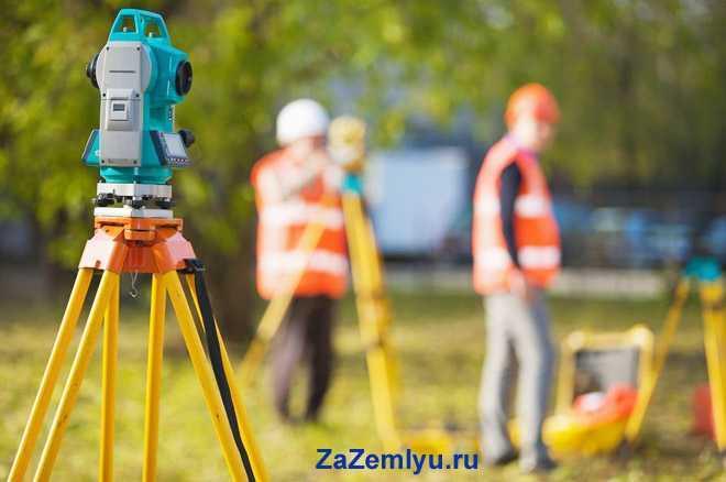 Рабочие измеряют границы участками нивелиром