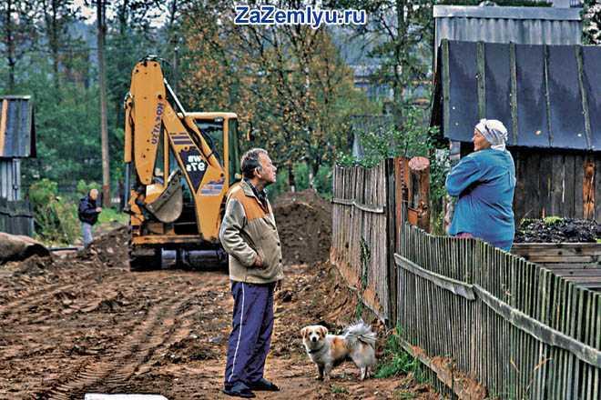 Соседи по даче общаются через забор