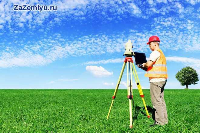 Рабочий в поле с нивелиром