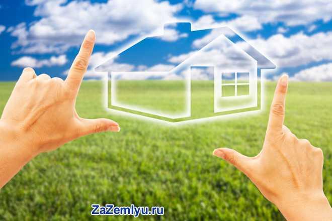 Мужчина представляет себе проект будущего дома на местности