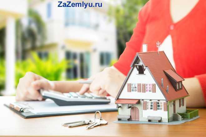 Девушка в красной кофточке сидит за столом и считает стоимость дома