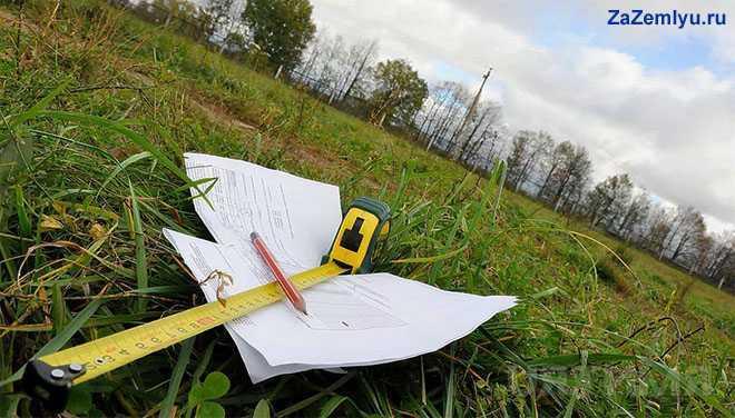 Рулетка, план-карта лежат на траве
