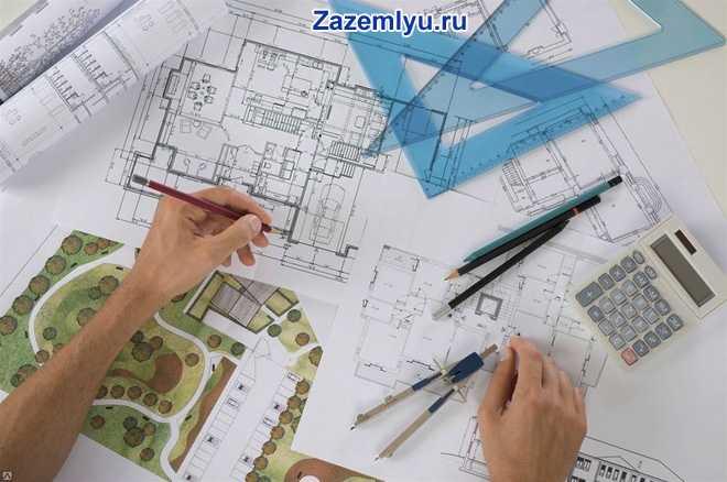 Строитель чертит план дома