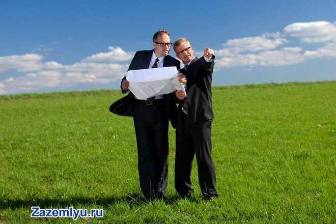 Бизнес-партнеры осматривают участок земли вместе