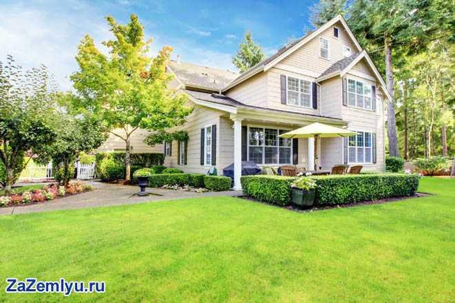 Частный дом, зеленая лужайка