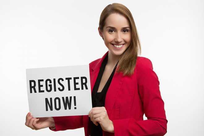 Девушка держит табличку с регистрацией