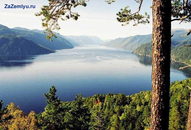 Большое красивое озеро и его окрестности