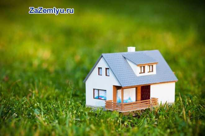 Домик с голубой крышей стоит в поле