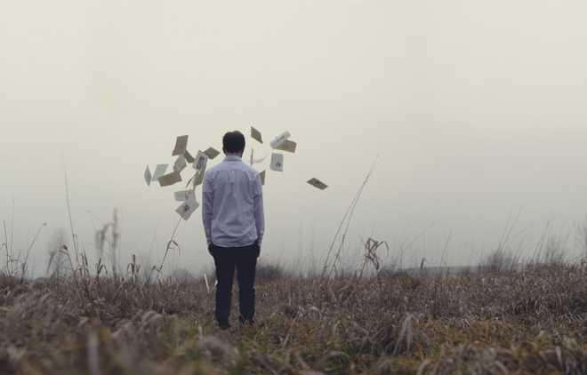 Мужчина в поле, документы в воздухе