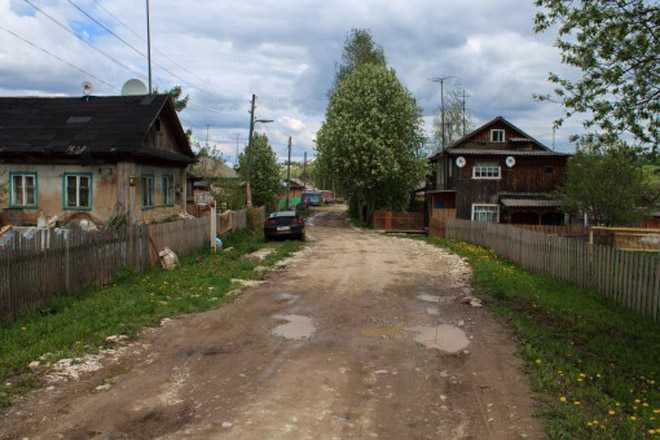 Проселочная дорога между домами