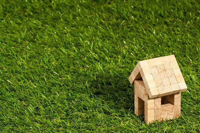 Деревянный домик на зеленой траве