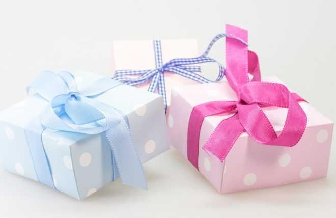 Подарки в синей и розовой упаковках