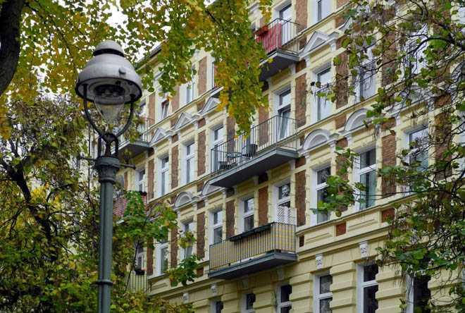 Фасад здания, дерево, фонарь уличный