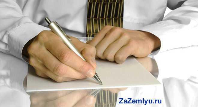 Бизнесмен в рубашке и галстуке ставит свою подпись в документах