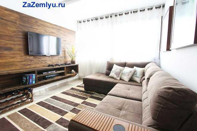 Диван, телевизор в гостиной комнате