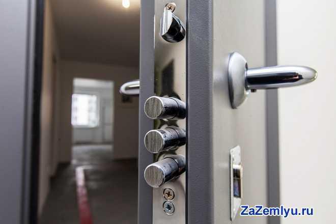 Приоткрытая входная металлическая дверь