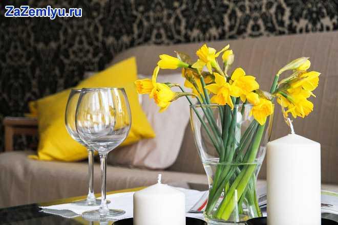 Сервировка стола: бокалы, в вазочке нарциссы