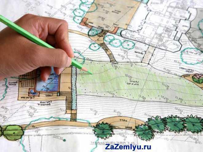 Человек рисует зеленым карандашом карту