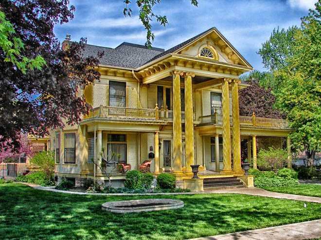 Желтый загородный дом