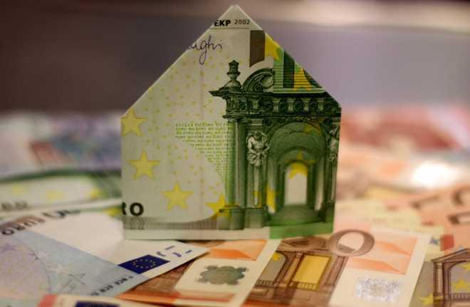 Домик из денежных купюр