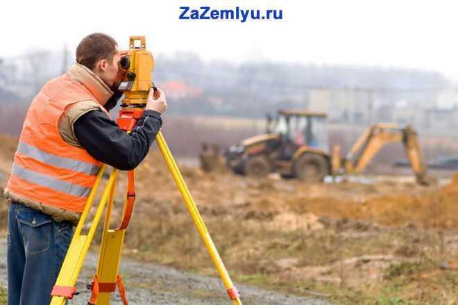 Мужчина проводит контрольно-измерительное обследование местности