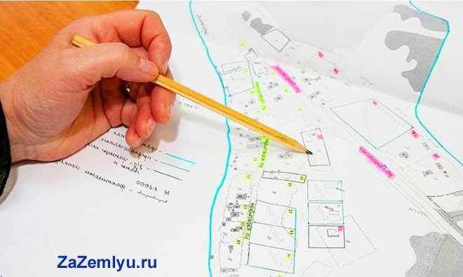 Человек ведет карандашом по карте