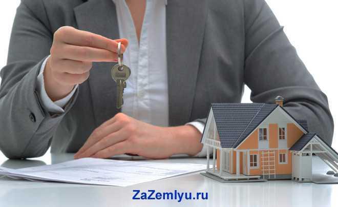 Девушка держит в руке ключи от дома