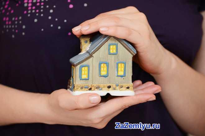 Девушка держит в руках домик