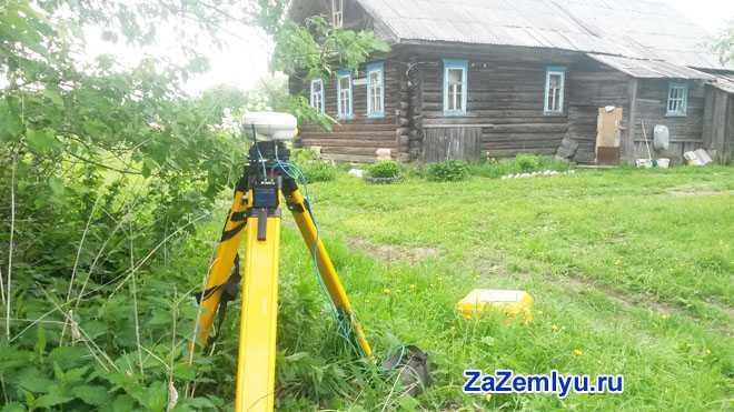 Измерительный прибор стоит рядом с дачным домом