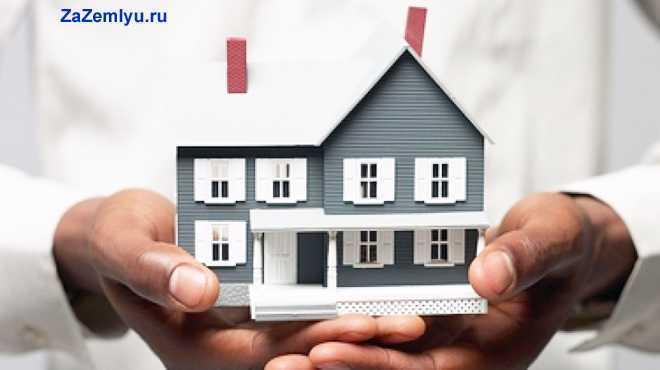 Мужчина держит в руках многоэтажный дом