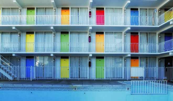 Разноцветные входные двери в доме