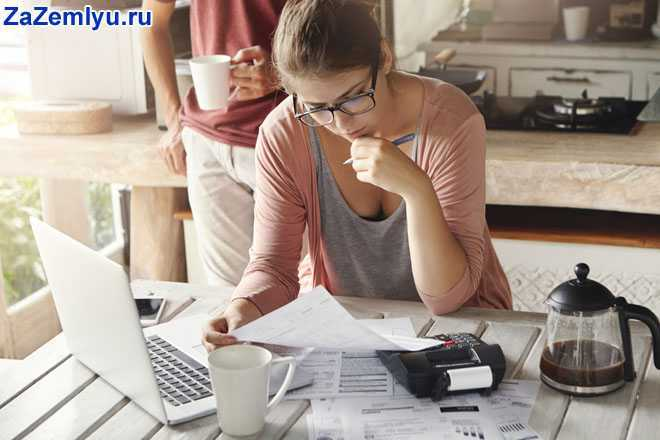 Девушка работает с документами дома