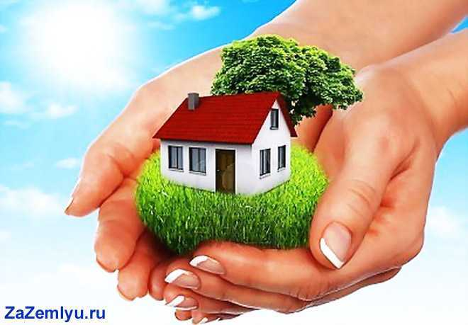 Девушка держит в руках дом на участке