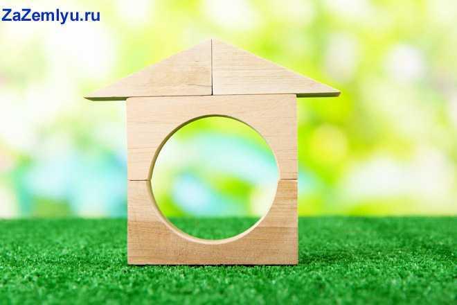 Деревянный домик на зеленой травке