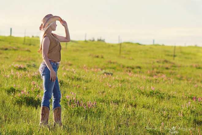 Девушка осматривает поле