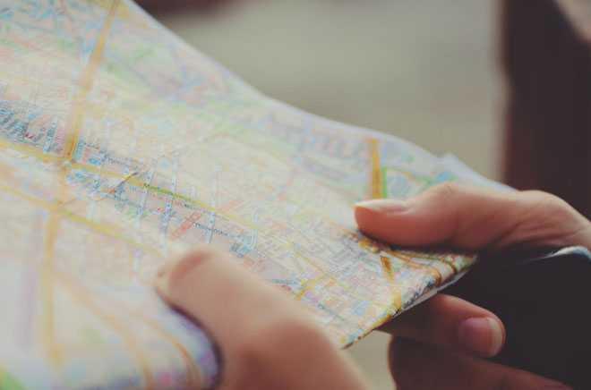 В руках человека карта местности