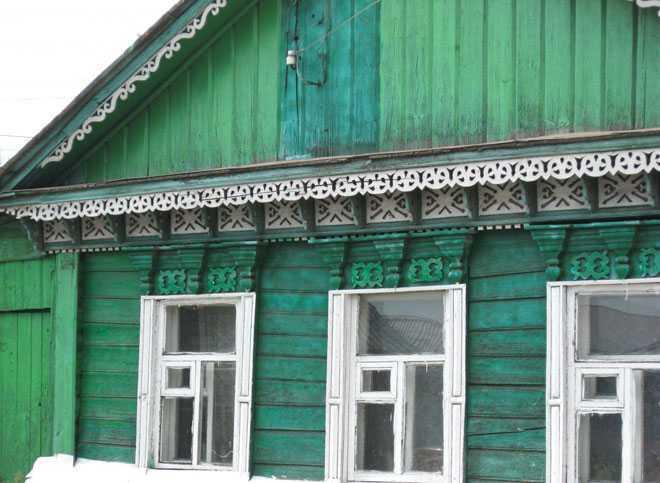 Деревенский дом зеленого цвета