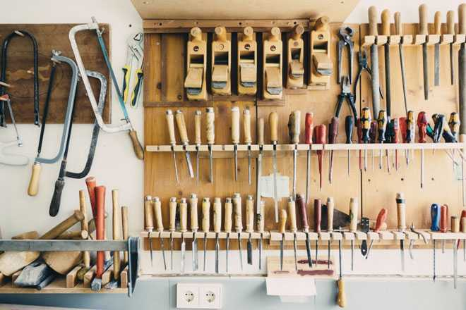 Стеллаж с инструментами в гараже