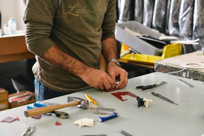 Мужчина работает в гараже