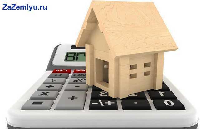 Деревянный домик стоит на калькуляторе